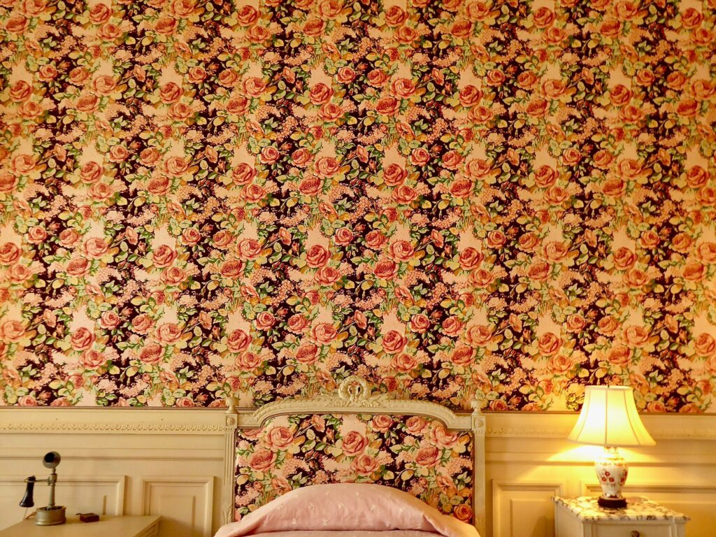 A room with a patterned wallpaper on walls