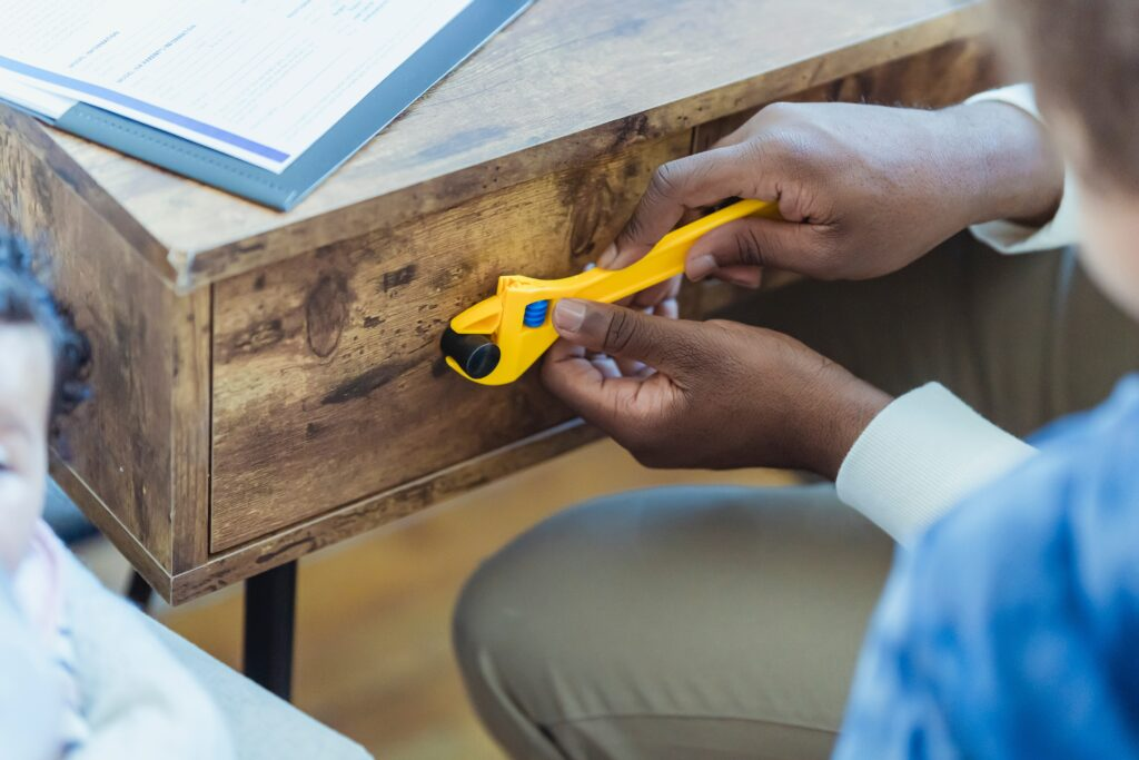 Fixing the handle of a drawer with a pliers